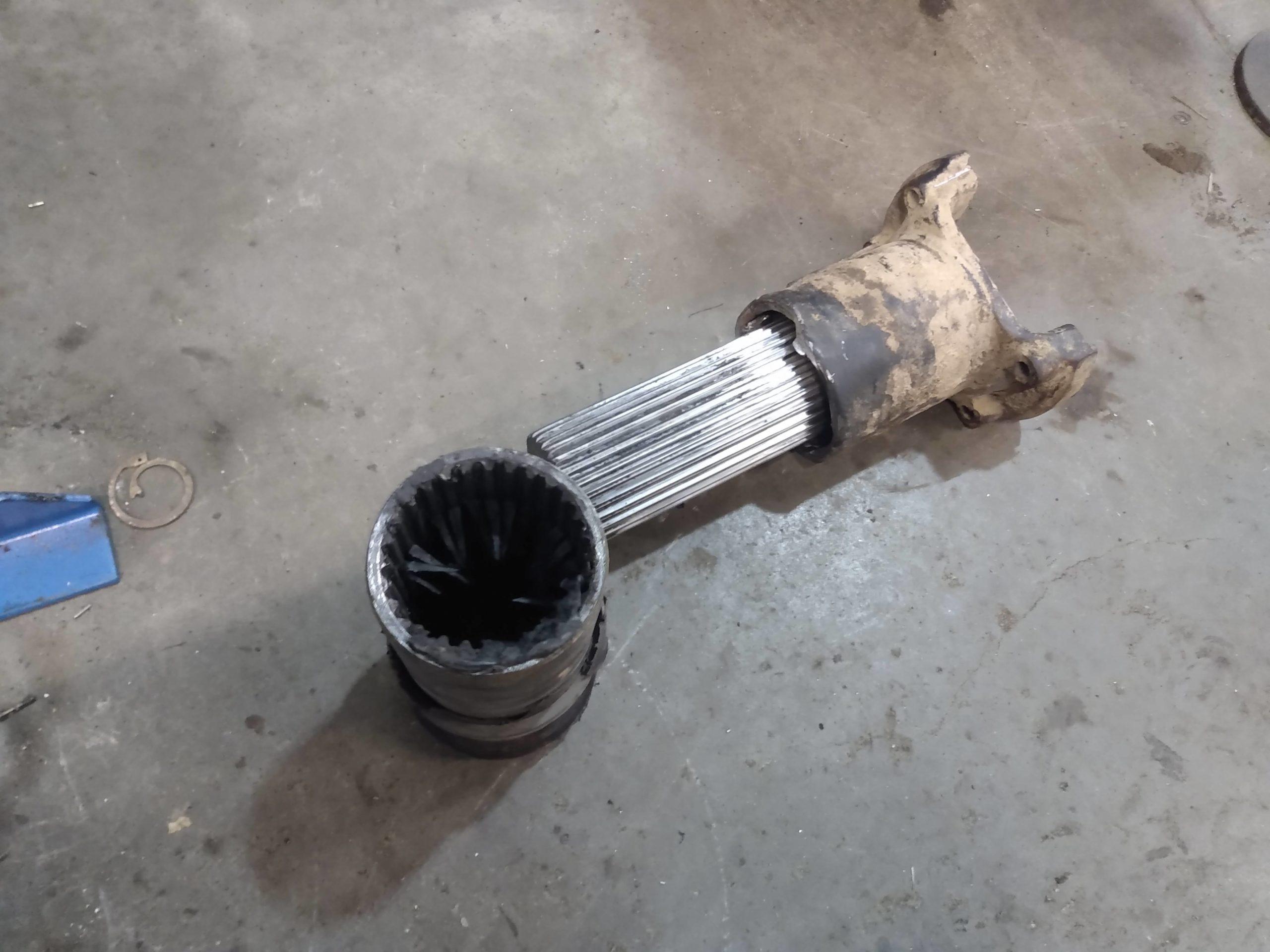 Старое шлицевое соединение карданного вала грейдера